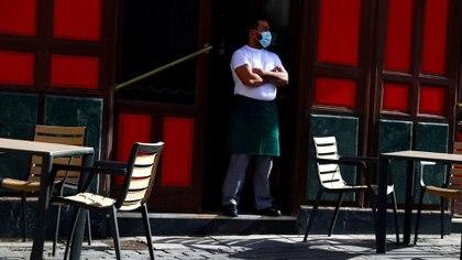 En los restaurantes atienden con todas las medidas de seguridad e higiene contra el COVID-19 (REUTERS)
