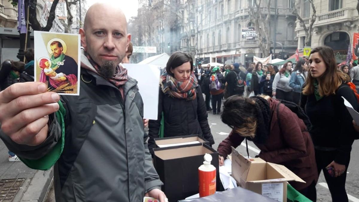Apostasía colectiva: largas filas en el lado verde para renunciar a la Iglesia Católica