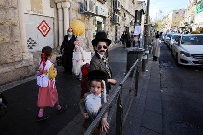 Niños disfrazados con motivo de la festividad de Purim, en Jerusalén. REUTERS/Ammar Awad