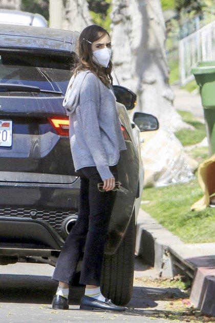 """Lily Collins compró comida para su perro en una tienda de West Hollywood. La actriz de 32 años -popularmente conocida por su personaje en """"Emily en París""""- lució un pantalón negro y sweater gris"""