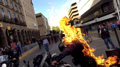Policías señalaron en algunas amenazas que se vengarían por su compañero que fue quemado por manifestantes (Foto: REUTERS)