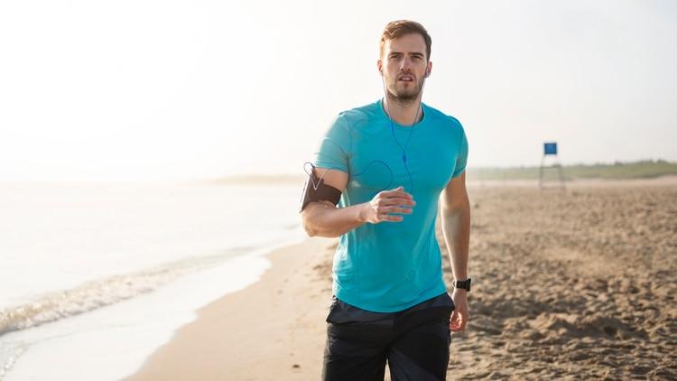 El brazalete para guardar el celular, el accesorio ideal para hacer running y caminata (iStock)