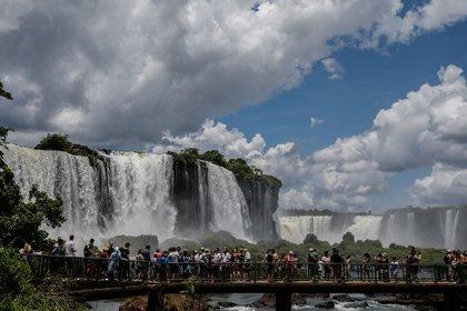 Fotografía de febrero de 2020 que muestra a decenas de personas en las Cataratas del Iguazú;, en la provincia Misiones (Argentina). EFE/Juan Ignacio Roncoroni