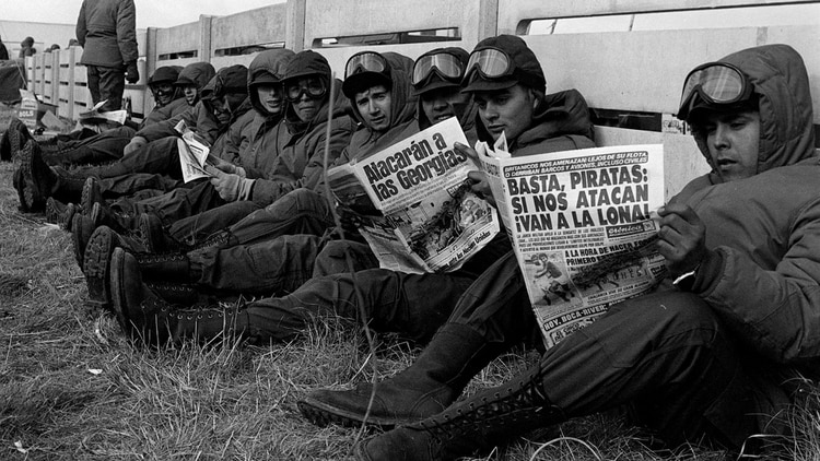En un alto de sus actividades, los soldados argentinos leen los periódicos nacionales. Foto: Román Von Eckstein.