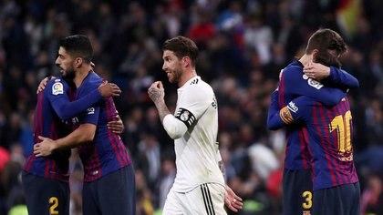 Foto de archivo:  Lionel Messi, Luis Suárez y Gerard Piqué del FC Barcelona celebran la victoria mientras Sergio Ramos del Real Madrid se marcha cabizbajo tras un partido por La Liga. 2 marzo 2019. REUTERS/Sergio Perez/File Photo