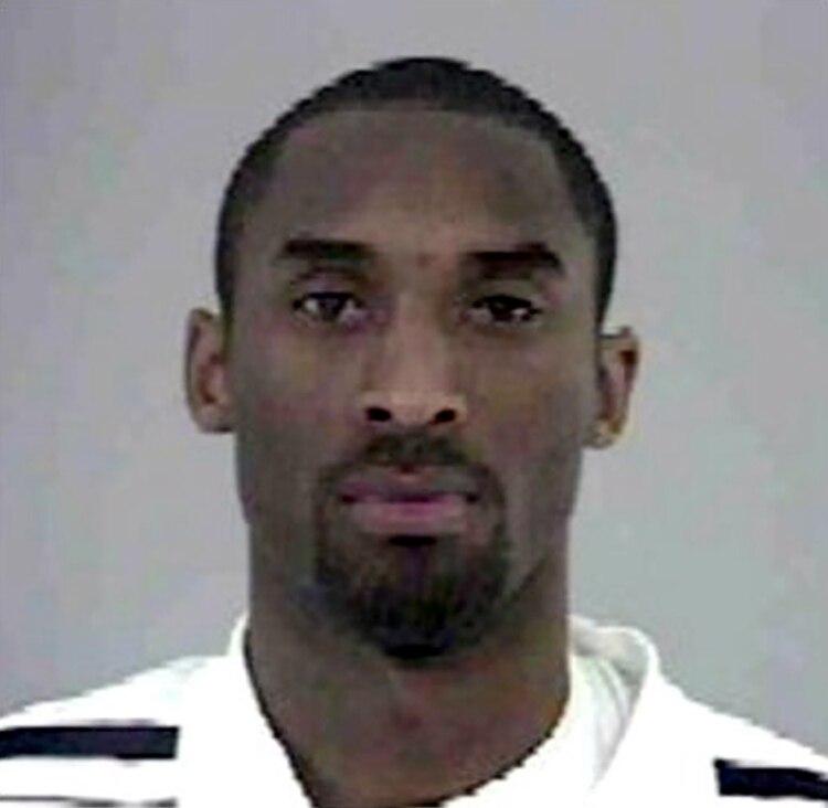 La foto policial de Kobe Bryant en julio de 2003 tras su arresto por una presunta violación a una empleada de un hotel en Colorado/Shutterstock
