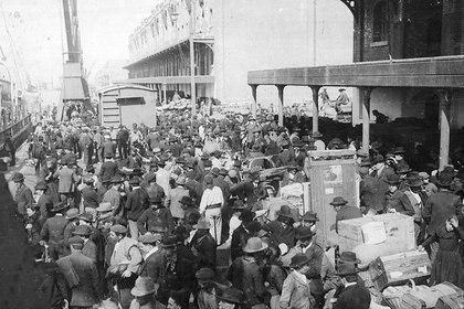 Inmigrantes llegan al puerto de Buenos Aires en 1912 (Archivo General de la Nación)