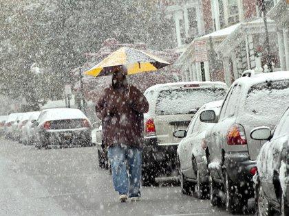 Una persona se cubre de la tormenta de nieve en EEUU