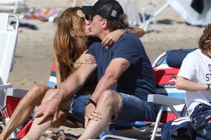 Analía Franchín y Sebastián Eskenazi, enamorados en la playa