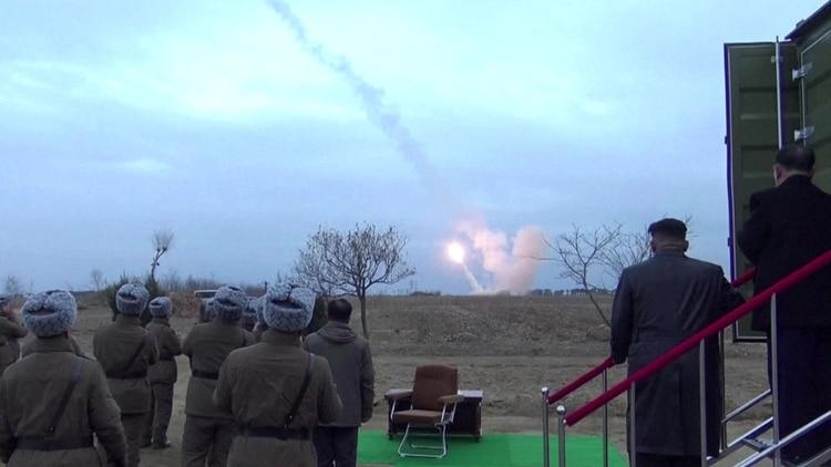 Kim Jong-un supervisa un lanzamiento prohibido por la comunidad internacionla (Archivo)