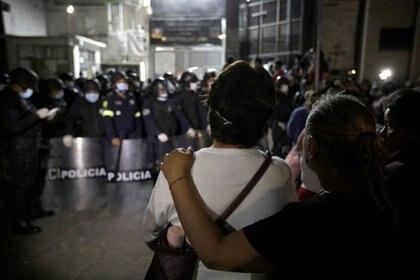 Familiares de reclusos se abrazan afuera de una prisión en los suburbios de Ciudad de México tras un disturbio de los internos que exigían la reinstalación de las visitas, canceladas por la contingencia del COVID-19 (Foto: REUTERS / Luis Cortés)