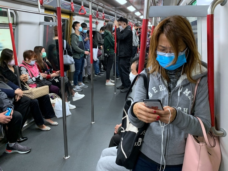 Decenas de personas protegiéndose del coronavirus en el metro de Hong Kong (REUTERS/Tyrone Siu)