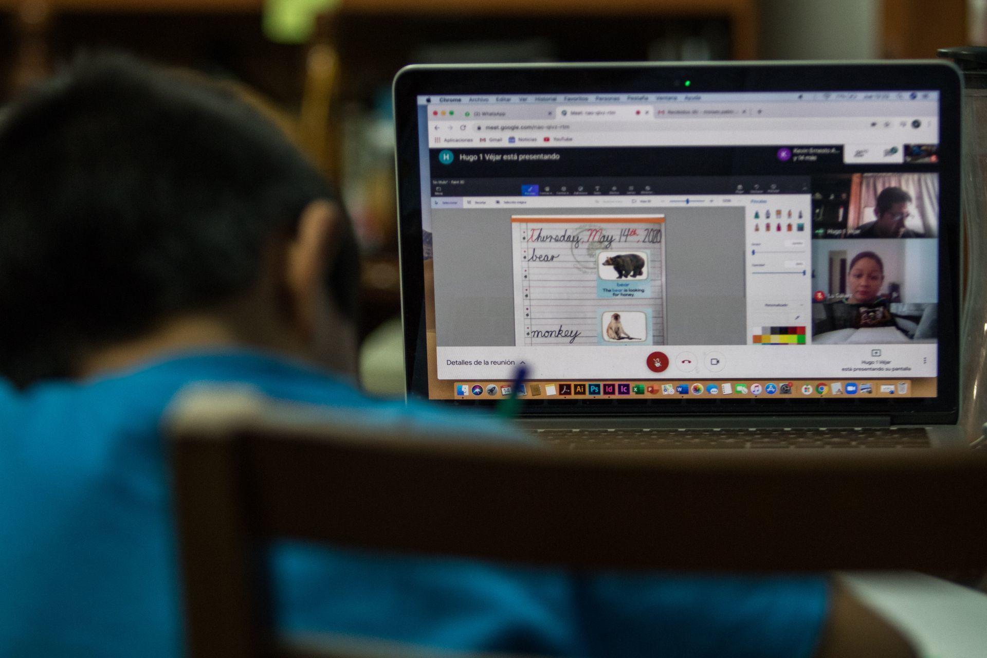 CIUDAD DE MÉXICO, 13ABRIL2020.- Niños de educación básica toman clases a distancia a través de aplicaciones en Internet con los que pueden compartir el conocimiento con sus maestros y compañeros, un ejercicio que le permite regresar un poco a su normalidad. Millones de niños han visto interrumpida su actividades académicas en las aulas escolares por la restricciones sanitarias decretadas por la pandemia de Covid-19, en México la fecha tentativa para levantar la cuarentena es hasta el 30 de abril, sin embargo, las autoridades han vislumbrado que esta se podría alargar.  FOTO: MOISÉS PABLO/CUARTOSCURO.COM