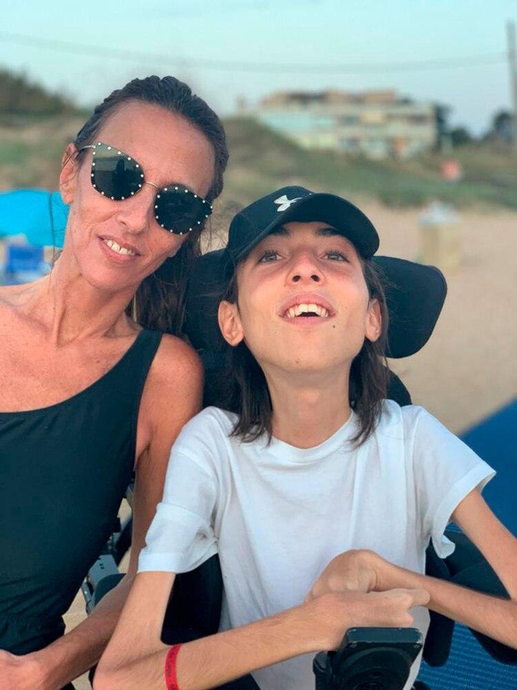 Thiago y su mamá, Vanessa, durante estas vacaciones en la playa. Gracias a los esfuerzos de toda la familia, y al espíritu alegre de Thiago, pueden llevar una vida llena de emociones.
