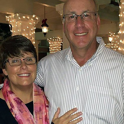 """Sheila y su esposo: Le dije a mi marido que me iba a convertir en una detective privada. Por la noche, después de la cena, mi hijo mayor me leía todas las leyes del estado que tenía que aprenderme y yo se las recitaba de memoria"""" (Foto: Sheila Wysocki)"""