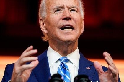 El presidente electo de los Estados Unidos, Joe Biden, pronuncia un discurso previo al Día de Acción de Gracias en su sede de transición en Wilmington, Delaware, el 25 de noviembre de 2020 (REUTERS/Joshua Roberts/Foto de archivo)