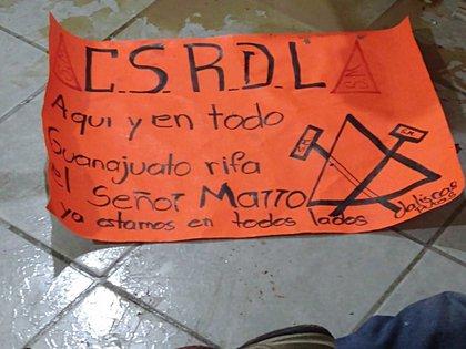 En un restaurante de Guanajuato fue colocada una cartulina firmada por el Cártel de Santa Rosa de Lima  (Foto: Twitter/fernand17704066)
