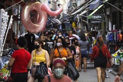Gente caminando en una popular calle comercial en medio del brote de la enfermedad coronavirus (COVID-19) en Río de Janeiro, Brasil. 16 de septiembre de 2020. REUTERS/Ricardo Moraes/