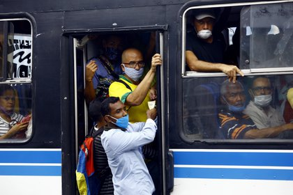Personas en un autobús durante la pandemia de coronavirus Venezuela (Juan Carlos Hernandez/ZUMA Wire/ DPA)
