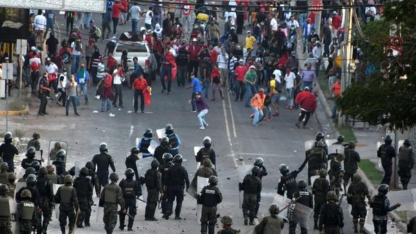 Reprimieron a miles de manifestantes contra la reelección del presidente Hernández (AFP)