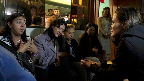 Angelina junto a un grupo de mujeres venezolanas (EFE)