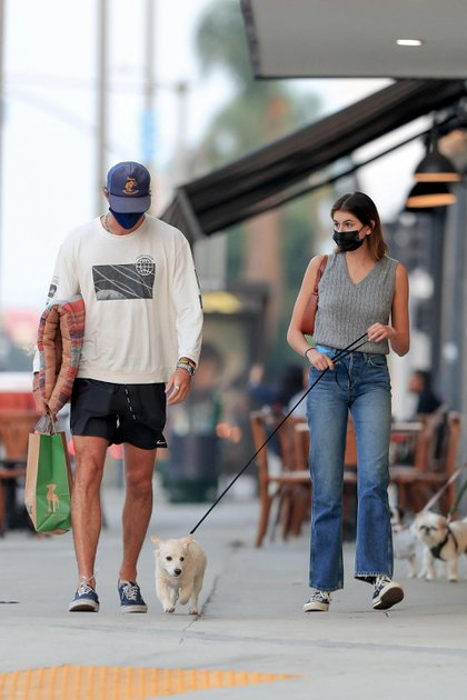 Kaia Gerber y Jacob Elordi fueron vistos mientras salían de un local de café luego de realizar algunas compras en la exclusiva tienda Marc Jacob's junto a un amigo de la pareja y su perro. Luego, la modelo se despidió del actor con un romántico beso y se dirigió al local de mascotas Healthy Spot