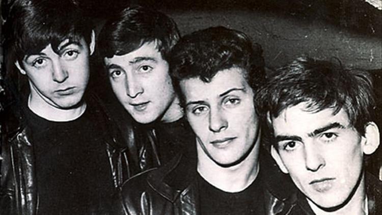 Paul McCartney, John Lennon, Pete Best y George Harrison, juntos antes de la llegada de Ringo Starr (youtube)