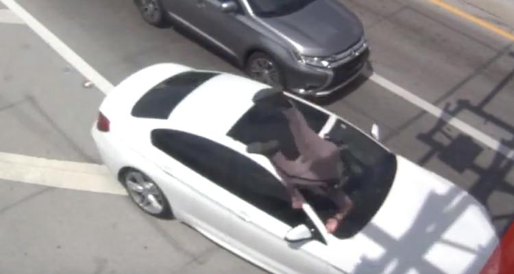 Arsenio Caballero volando sobre el capó del automóvil cuando el vehículo se da a la fuga