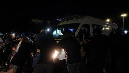 Los vecinos se pusieron adelante de la camioneta y le impidieron el ingreso al barrio cerrado