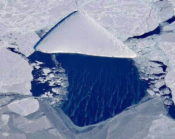 """""""Pizzaberg"""", el iceberg con forma de pizza detectado por los científicos en la zona del desprendimiento del A68, uno de los bloques de hielos más grandes registrados (NASA/IceBridge)"""
