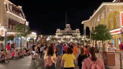 Visitantes en Disney Wolrd el 15 de marzo, la última noche antes del cierre del parque (Reuters)