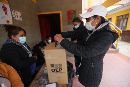 Una mujer votando en La Paz (EFE/Martín Alipaz)