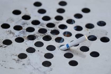 Médicos destacan la importancia de dejar de fumar y promover, en la medida de lo posible, el uso de los recursos disponibles para asistir y acompañar a los fumadores en ese objetivo / REUTERS/Valentyn Ogirenko