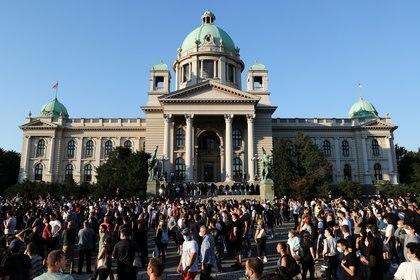 Oficiales de policía hacen guardia mientras los manifestantes se reúnen durante un mitin antigubernamental, en medio de la propagación de la enfermedad del coronavirus (COVID-19), frente al edificio del parlamento en Belgrado, Serbia, el 8 de julio de 2020. REUTERS/Marko Djurica