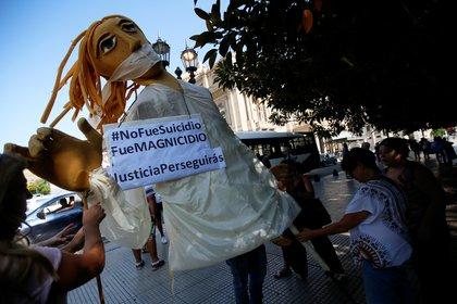 """""""No fue un suicidio, fue un magnicidio"""" es una de las consignas bajo las que se convocó al acto (Foto: Reuters)"""