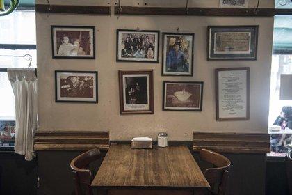 Portaretratos con fotos de personalidades que pasaron por el bar y recuerdos de los primeros años del bar