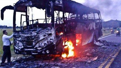 Uno de los buses quemados recientemente por terroristas del ELN