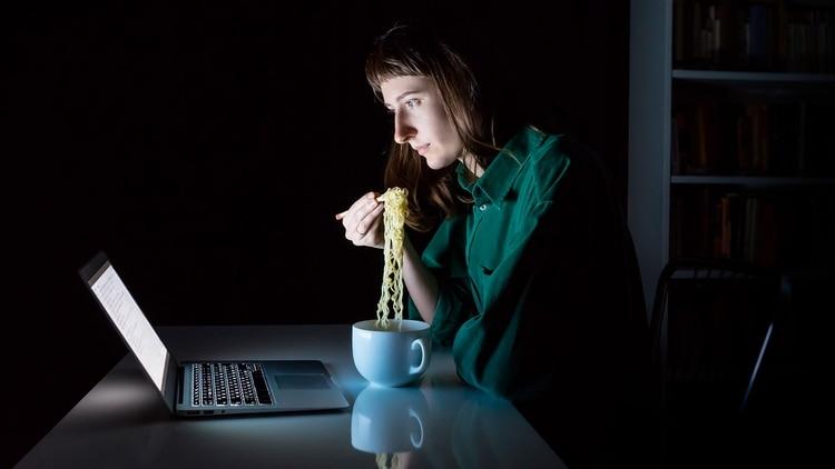 La autocompasión puede ayudar a interrumpir este ciclo de tres maneras: al validar los sentimientos que conducen a la alimentación emocional, al calmar el cuerpo y la mente, y al desmantelar la vergüenza que viene con el trastorno (Shutterstock)