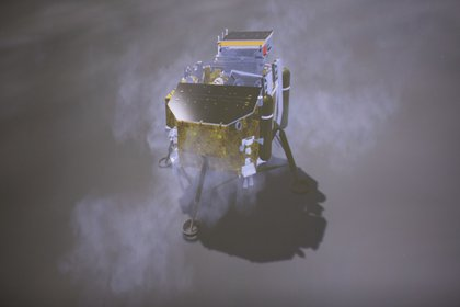 La imagen muestra la simulación del alunizaje de la sonda Chang'e-4 en la pantalla del Centro de Control Aeroespacial de Beijing (Jin Liwang/Xinhua News via AP)