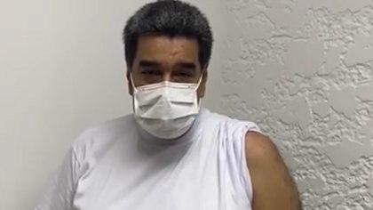 """""""Estoy vacunado, no siento ningún tipo de 'skalosky', ni 'fiebrasky'"""", bromeó Maduro"""