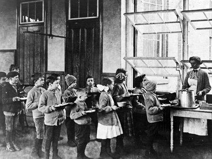 Las ventanas abiertas mantienen el flujo de aire fresco en la cafetería de la Escuela Pública 51 de Nueva York. (Biblioteca del Congreso)