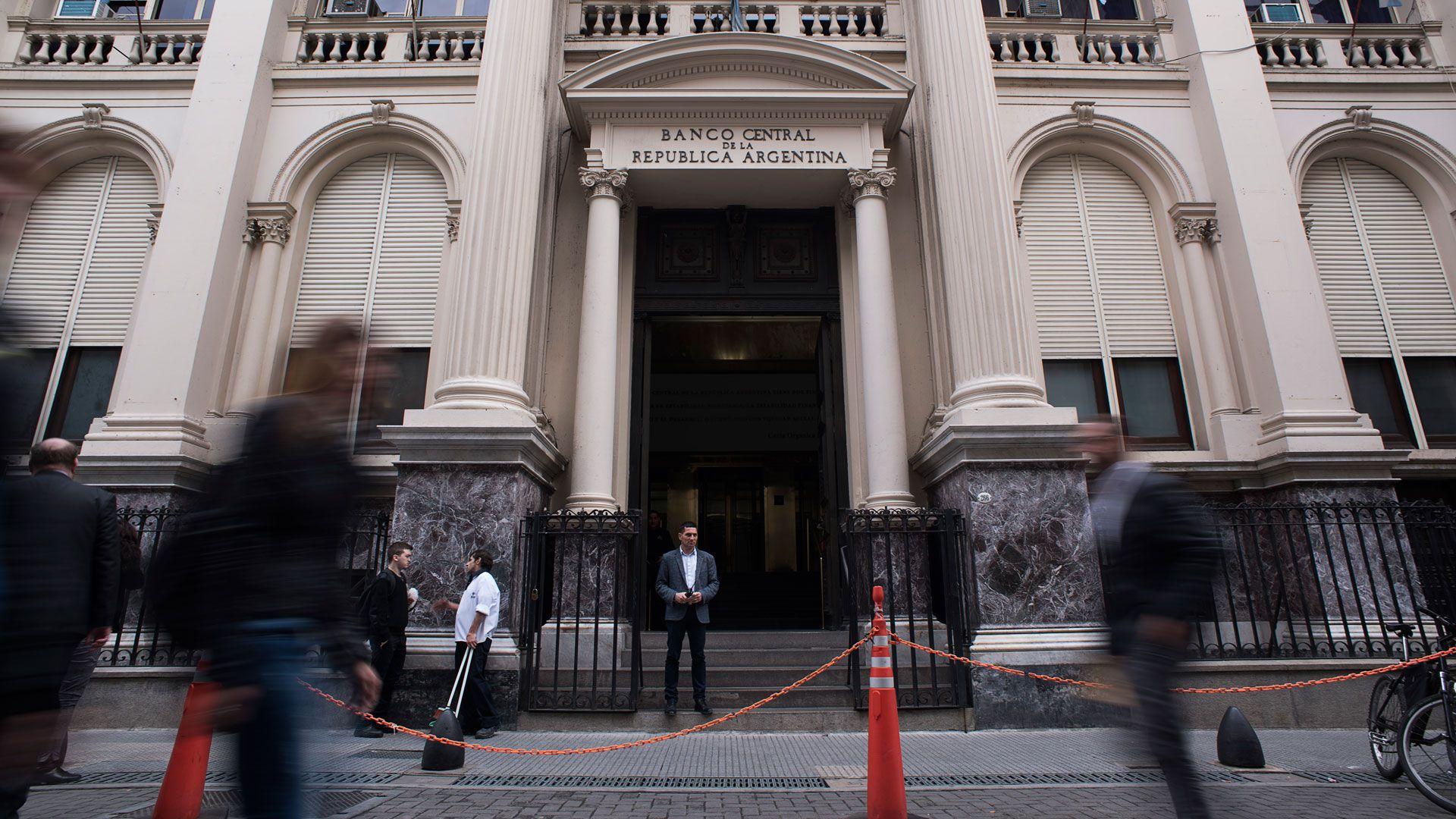 """En el ente monetario aprovechan la """"pax"""" cambiaria para aplicar un recorte de tasas"""