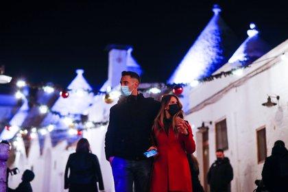Gente pasea con máscaras en Alberobello, Italia. REUTERS/Alessandro Garofalo