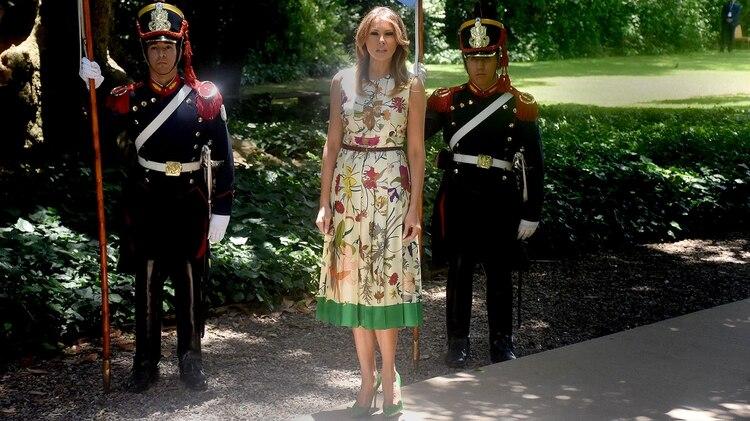 Melania Trump estuvo presente en Villa Ocampo con vestido de seda estampado de flores y zapatos verdes al tono. (Nicolás Stulberg)