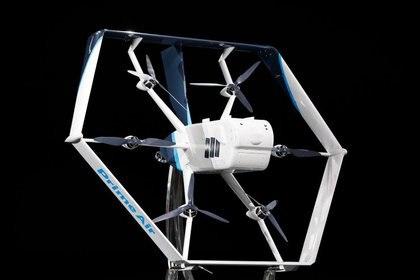 Amazon presentó un nuevo drone quedespega verticalmente y luego se inclina para volar de manera horizontal como un avión.