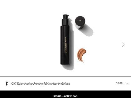 El primer se aplica antes de la base para proteger la piel, pero este, el Cell Rejuvenating Priming Moisturiser en tono Gold (dorado) ya cuenta con coloración, lo que le proporciona un efecto de maquillaje líquido (Foto: Sitio Web victoriabeckhambeauty.com)