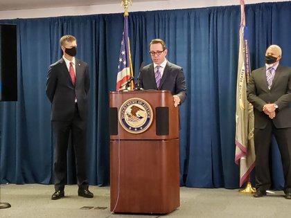 """""""No permitiremos que grupos peligrosos y violentos usen nuestros vecindarios como vía de tráfico de drogas o como lugar para realizar actividades ilegales"""", dijo el jefe del FBI en la región (Twitter/@FBISanFrancisco)"""