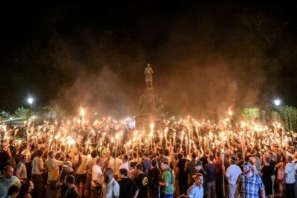 """Concentración de ultraderechistas en Charlottesville. Los enfrentamientos con una contraprotesta acabaron en el asesinato de una joven. Trump dijo que había gente buena en """"ambos lados"""""""