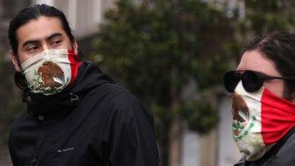 21/09/2020 Dos personas se cubren la boca con sendos pañuelos con la bandera mexicana. POLITICA CENTROAMÉRICA LATINOAMÉRICA MÉXICO INTERNACIONAL EL UNIVERSAL / ZUMA PRESS / CONTACTOPHOTO