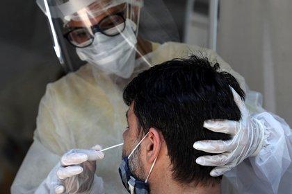 Personal médico le toma la prueba de coronavirus a un hombre, en São Gonçalo, estado de Río de Janeiro (Brasil).  EFE/ Fabio Motta/Archivo